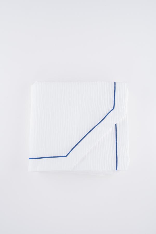 Copriletto matrimoniale bianco con bourdon blu in morbido puro cotone con lavorazione ondulata ondulata e angolo sagomato
