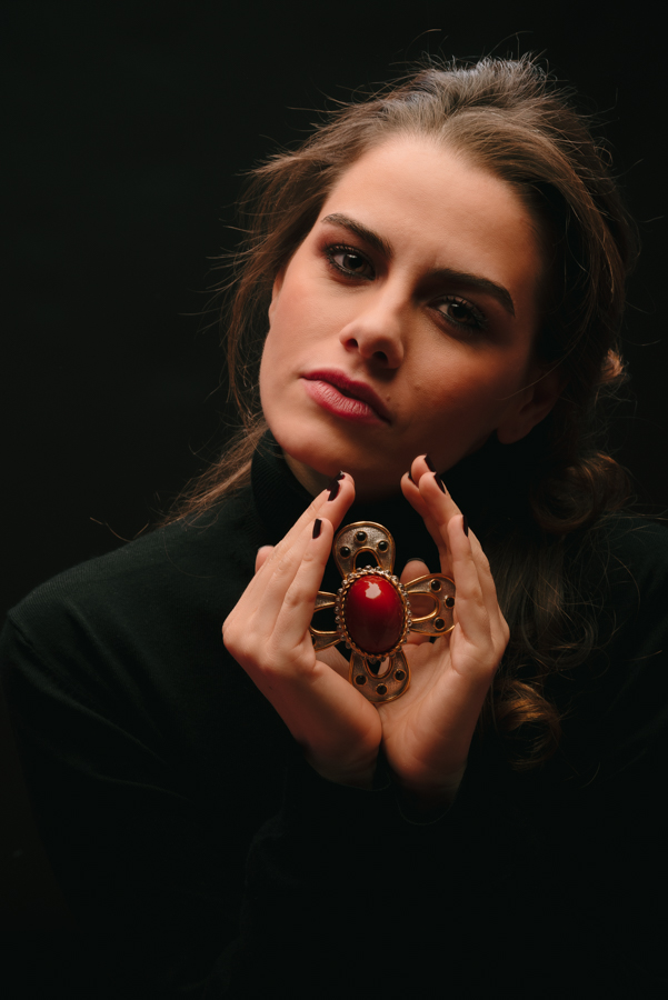 Spilla ciondolo con pietra rossa centrale firmata PAULINE RADER