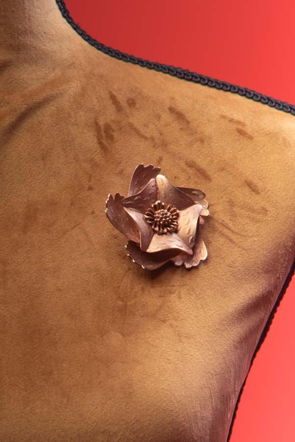 Spilla fiore in metallo dorato Coro