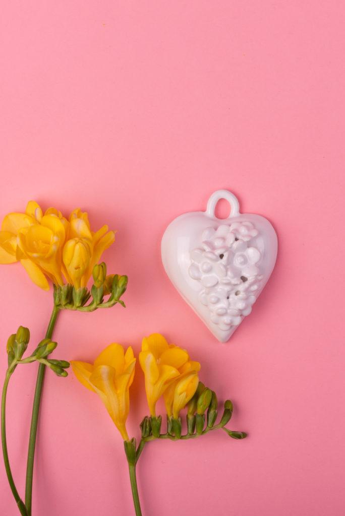 Cuore in ceramica bianca di Grottaglie con fiori handmade