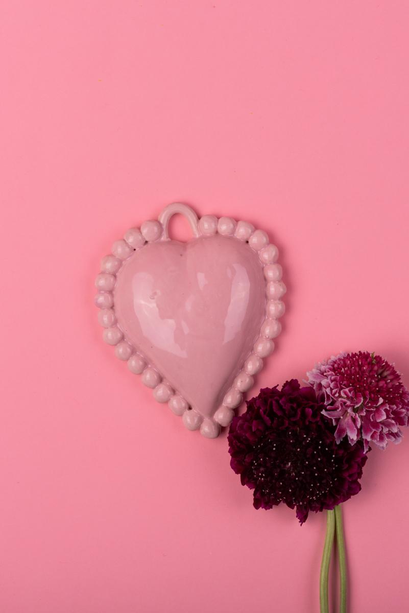 Cuore in ceramica rosa di Grottaglie con fiori handmade