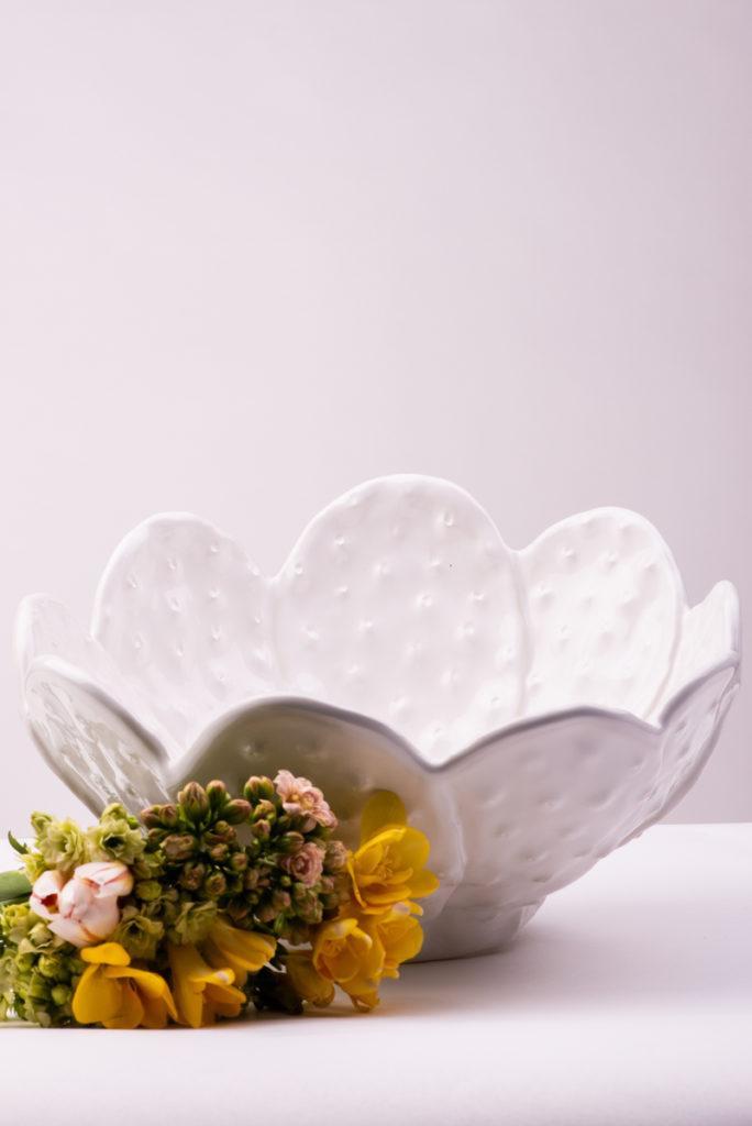 Coppa in ceramica bianca con lavorazione cactus