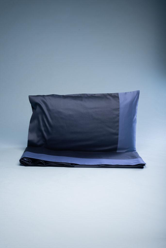 Completo letto matrimoniale in rasatello di cotone blu con fascia azzurra