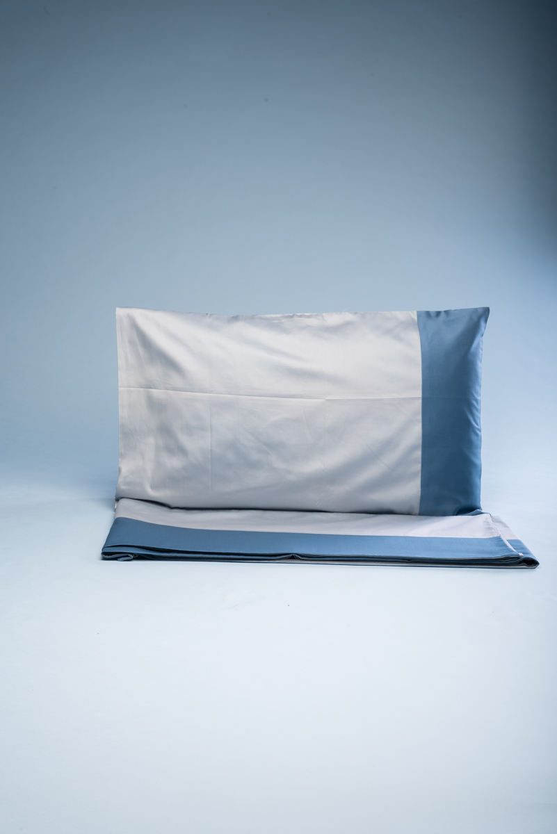 Completo letto matrimoniale in rasatello di cotone cielo con fascia azzurra