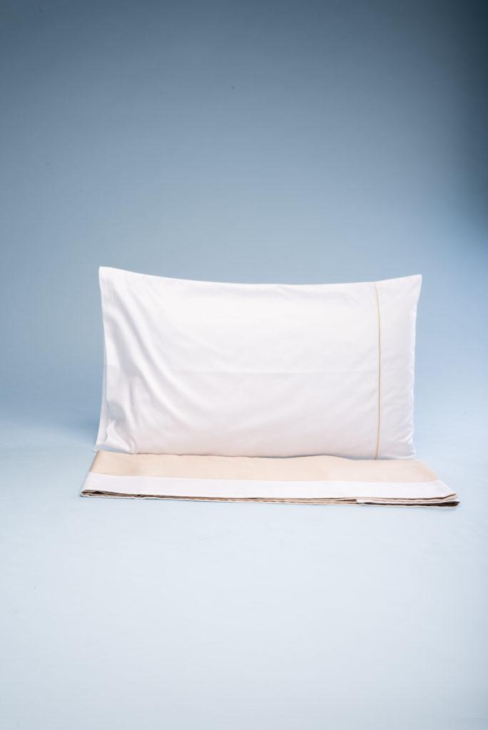 Completo letto singolo in rasatello di cotone color champagne e bianco con bourdon ricamato champagne