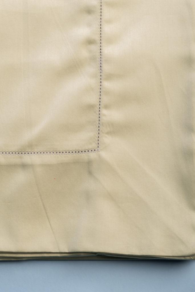 Tovaglia in rasatello di cotone verde salvia con punto a giorno