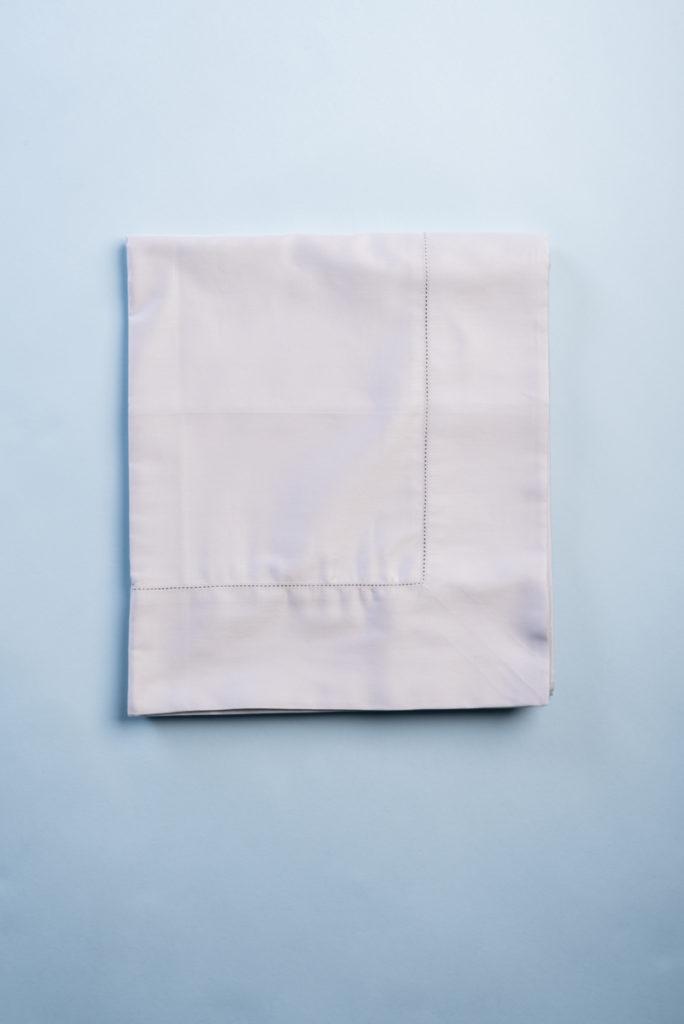 Tovaglia in rasatello di cotone grigio perla con punto a giorno