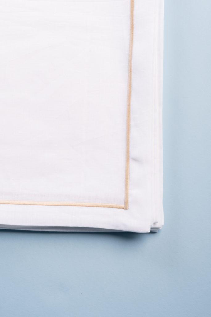 Tovaglia quadrata in lino bianco con bourdon ricamato sabbia