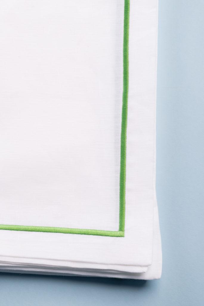 Tovaglia quadrata in lino bianco con bourdon ricamato verde