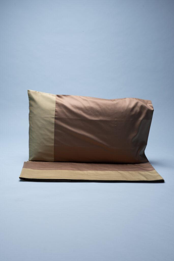 Completo letto matrimoniale in rasatello di cotone caramello e nocciola. Lenzuolo di sopra 270 x 290 cm, lenzuolo di sotto con elastici.