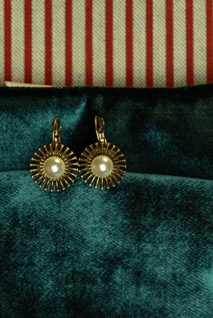 Dovì | Orecchini in ottone con perla e gancio alla monachina