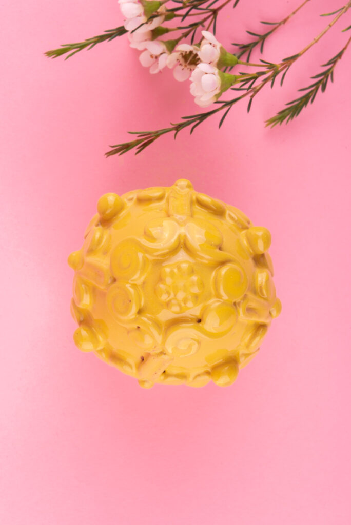 Dovi | uovo giallo in ceramica di Grottaglie